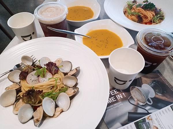 【食記】高雄鳳山|綠影純白森林系咖啡廳-《咖啡隱 Cofein Cafe》
